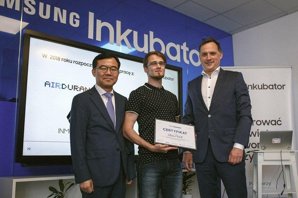 Certyfikat ukończenia inkubacji w Samsung Inkubator z rąk prezesa firmy Samsung odbiera CTO CinematicVR - Gabriel Ziaja.
